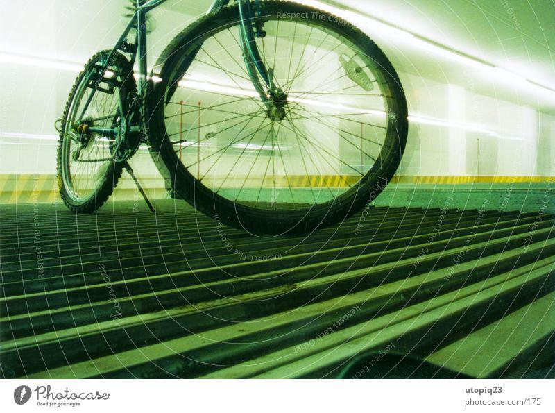 Parkzone Fahrrad Mobilität Stadt Tiefgarage Neonlicht parken Langzeitbelichtung