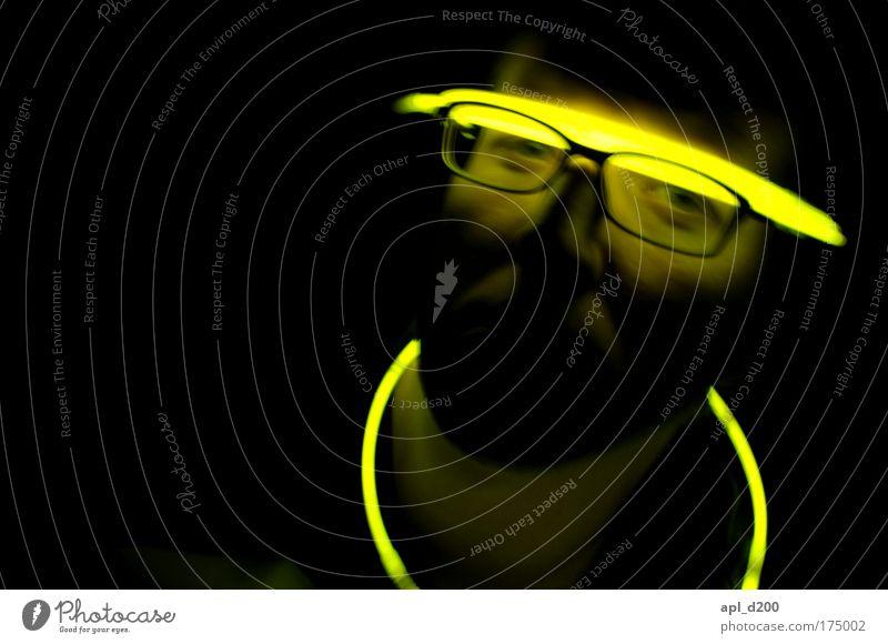 Berghain 2:30 UHR Mensch schwarz Erwachsene Gesicht gelb Kopf Party Feste & Feiern Kraft sitzen maskulin Energie ästhetisch Zukunft Technik & Technologie