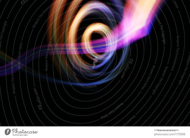 Natel vor Kamera im Dunkeln Rumschwinger Farbfoto mehrfarbig abstrakt Textfreiraum rechts Textfreiraum unten Licht Lichterscheinung Langzeitbelichtung