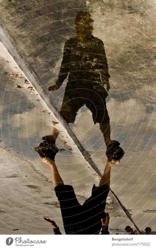 xcuse me while i kiss the sky Mensch Grenze Jugendliche Wasser Himmel Sommer Wolken Ferne Spielen Freiheit maskulin nass Beton Ecke stehen