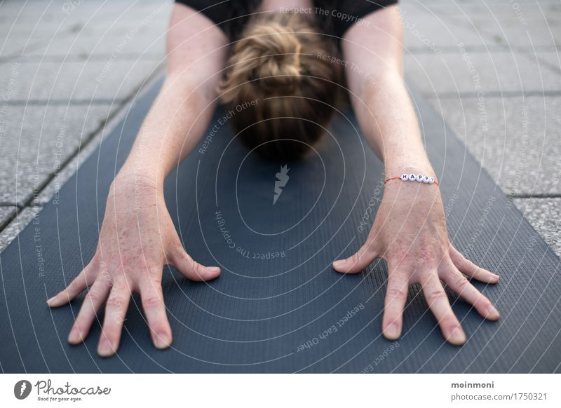 Take a deep breath and be happy Lifestyle Gesundheit Fitness Wellness Erholung Yoga Lehrer feminin Frau Erwachsene Kopf Hand 1 Mensch Schmuck Armband blond