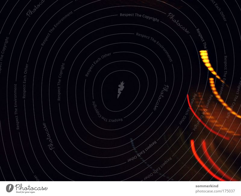 Fliegende Lichter Schleife leuchten hell Wärme gelb gold rot schwarz minimalistisch Streifen Autoscheinwerfer Kurve Punkt Linie orange Schliere