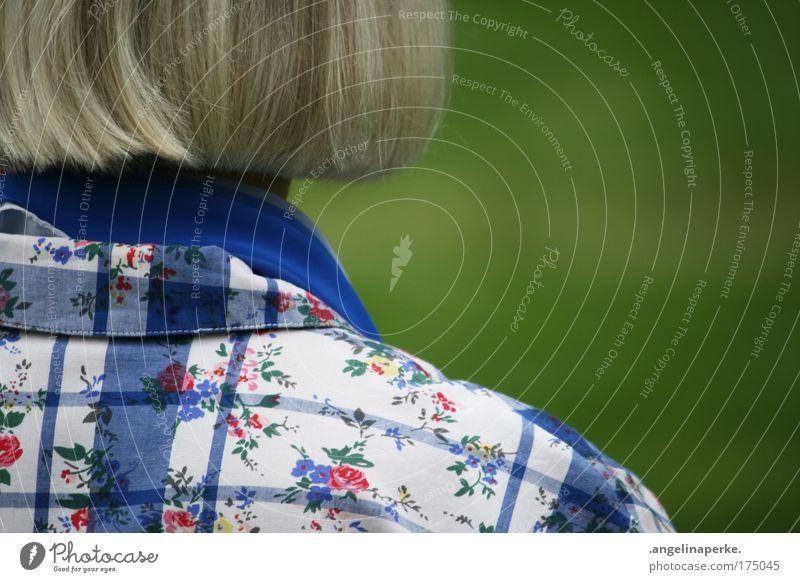 heimatkult Farbfoto Außenaufnahme feminin Weiblicher Senior Frau 45-60 Jahre Erwachsene Kitsch natürlich Tradition kariert Schweden