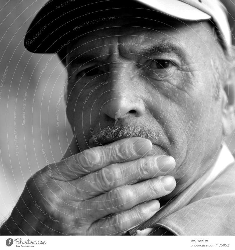 Sechsundsiebzig Schwarzweißfoto Außenaufnahme Tag Blick Blick in die Kamera Mensch maskulin Männlicher Senior Mann Großvater Erwachsene Kopf Hand 1 60 und älter