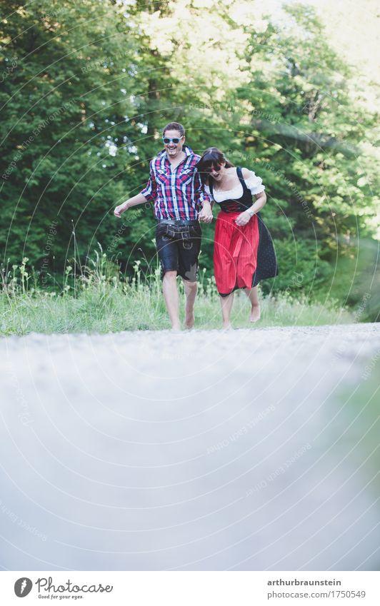 Junges Paar läuft barfuß in Tracht Lifestyle Leben Ferien & Urlaub & Reisen Tourismus Ausflug Sommer Sommerurlaub wandern Spaziergang Mensch maskulin feminin