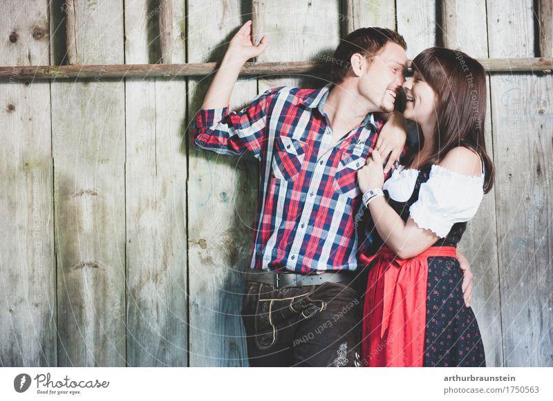 Junge Paar in Tracht Lifestyle Stil Leben Ferien & Urlaub & Reisen Tourismus Oktoberfest Jahrmarkt Tanzen Mensch maskulin feminin Junge Frau Jugendliche