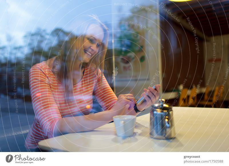 Mensch Jugendliche Stadt Junge Frau Einsamkeit Mädchen 18-30 Jahre Erwachsene Straße Herbst Glück blond Lächeln Kaffee Telefon Internet