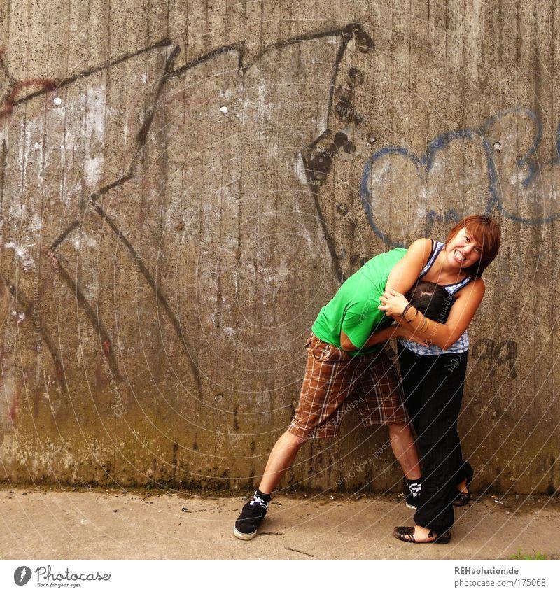 Ah - Gut! Ein Kampf! Mensch Jugendliche Junge Frau Junger Mann 18-30 Jahre Erwachsene Wand Bewegung lustig Mauer grau Paar maskulin Kraft Erfolg bedrohlich