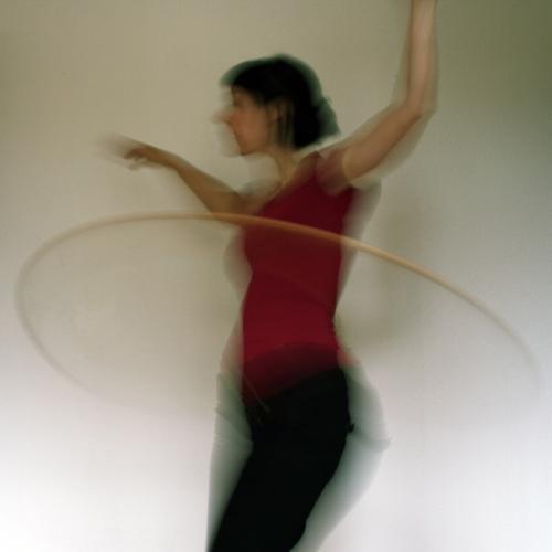 wackelpudding Farbfoto Innenaufnahme Experiment Oberkörper feminin Frau Erwachsene Leben 1 Mensch 18-30 Jahre Jugendliche Hula Hoop Reifen Fitness Spielen Sport