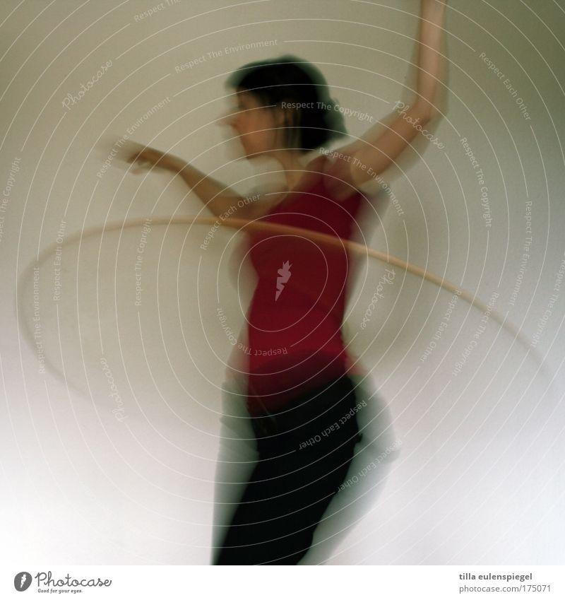 wackelpudding Frau Mensch Jugendliche Leben feminin Sport Spielen Bewegung Erwachsene Aktion Fitness 18-30 Jahre Bewegungsunschärfe Hula Hoop Reifen