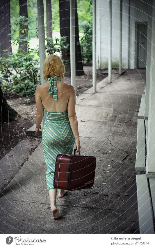 bin dann mal weg. Mensch Frau Jugendliche Ferien & Urlaub & Reisen Erwachsene feminin gehen Abenteuer Tourismus 18-30 Jahre Abschied Fernweh Koffer