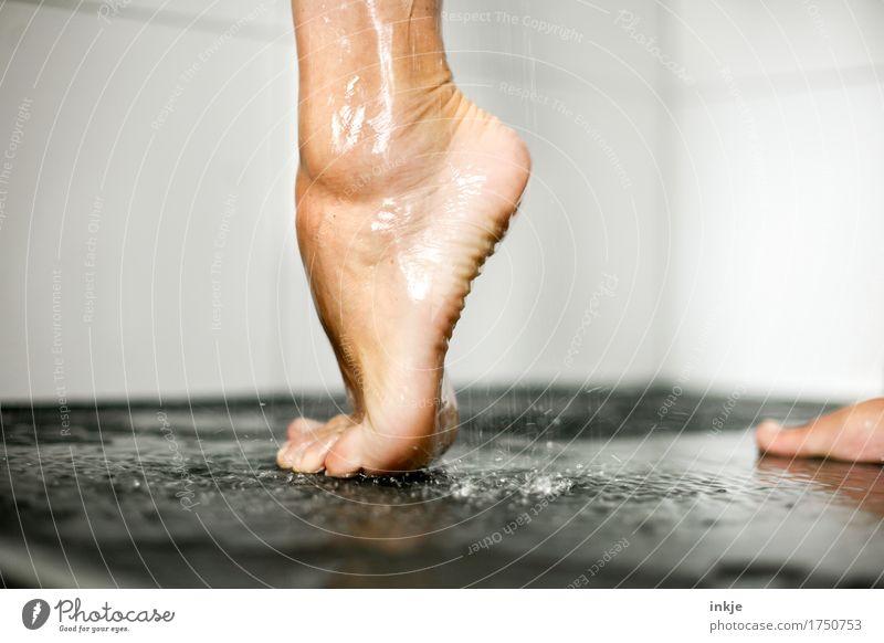 auf einem Bein kann man stehen II (muss man aber nicht) schön Körperpflege Pediküre Unter der Dusche (Aktivität) Frau Erwachsene Leben Fuß Frauenfuß Barfuß 1