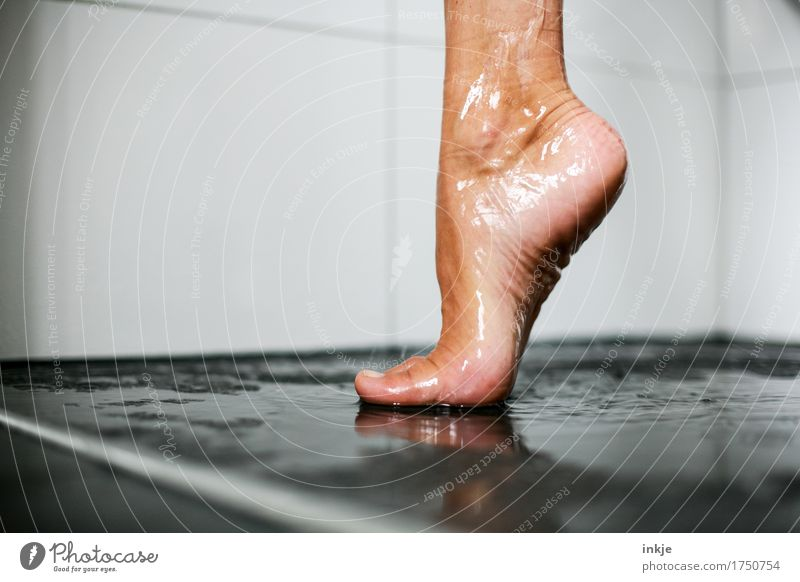 auf einem Bein kann man stehen I schön Körperpflege Pediküre Unter der Dusche (Aktivität) Frau Erwachsene Leben Fuß Frauenfuß Barfuß 1 Mensch ästhetisch nass