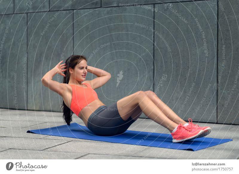Athletische junge ausarbeitende Frau Mensch Jugendliche Sommer 18-30 Jahre Erwachsene Sport Lifestyle feminin Körper Aktion Fitness brünett Yoga Entwurf üben