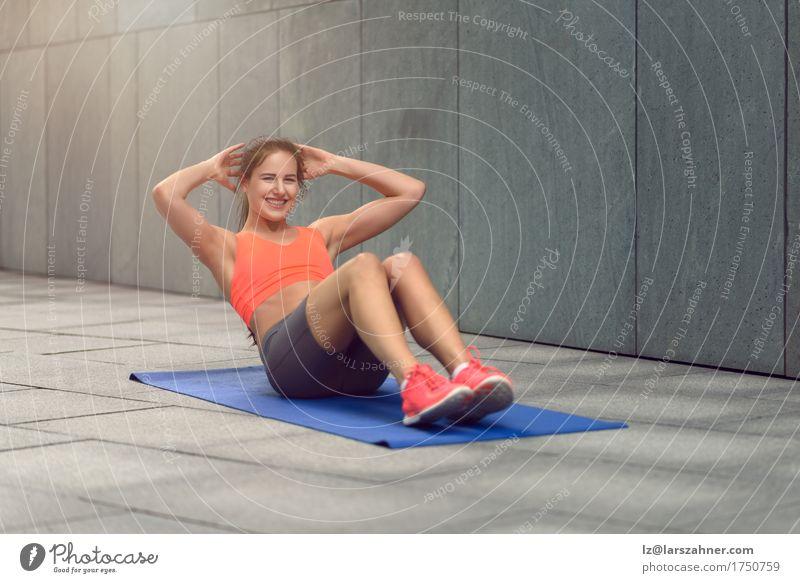 Athletische junge ausarbeitende Frau Mensch Jugendliche Sommer 18-30 Jahre Gesicht Erwachsene Sport Lifestyle feminin Körper Aktion Fitness brünett Yoga Entwurf