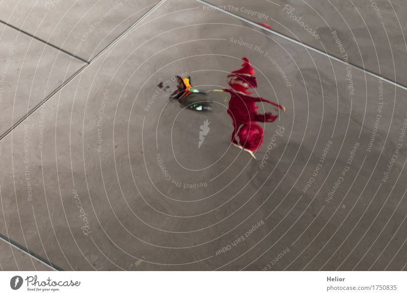 Surreal_People-22 Spiegel Mensch Kind Körper 1 3-8 Jahre Kindheit Spielen toben grau rot schwarz Rotkäppchen abstrakt Unschärfe Verzerrung wirklich wahrnehmen