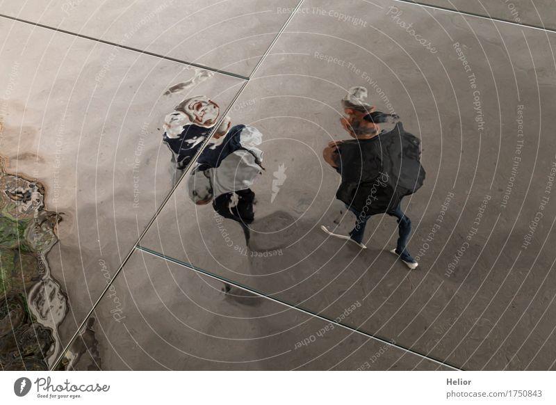 Surreal_People-26 Spiegel Mensch maskulin feminin Frau Erwachsene Mann Weiblicher Senior Paar Partner Körper 45-60 Jahre 60 und älter gehen grau schwarz dunkel