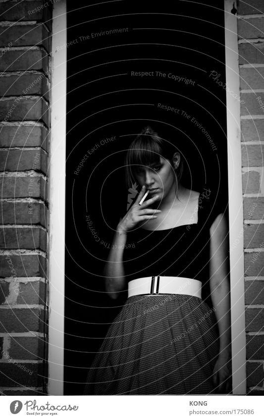 man muss rauchen so lange man kann Schwarzweißfoto Textfreiraum oben Oberkörper Blick in die Kamera Junge Frau Jugendliche 1 Mensch 18-30 Jahre Erwachsene