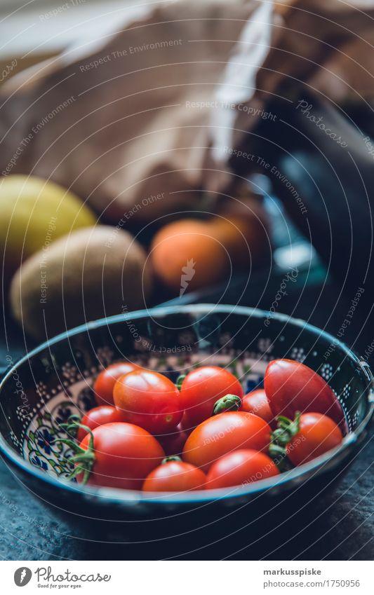 urban gardening frische bio tomaten Lebensmittel Gemüse Tomate tomatenstrauch Ernte Ernährung Essen Picknick Bioprodukte Vegetarische Ernährung Diät Fasten