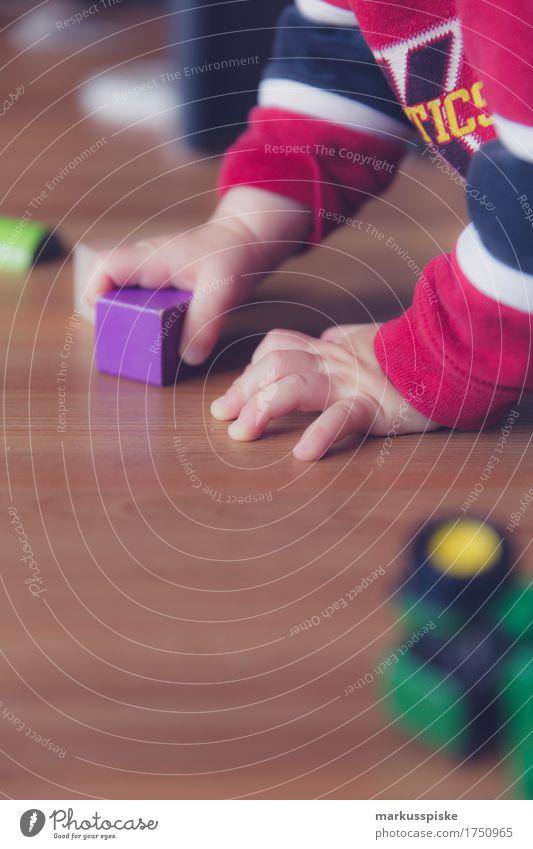 Kleinkind mit Bauklötzen Mensch Kind Hand Haus Freude Bewegung Junge Spielen Glück Arbeit & Erwerbstätigkeit Freizeit & Hobby Kindheit Arme Finger berühren
