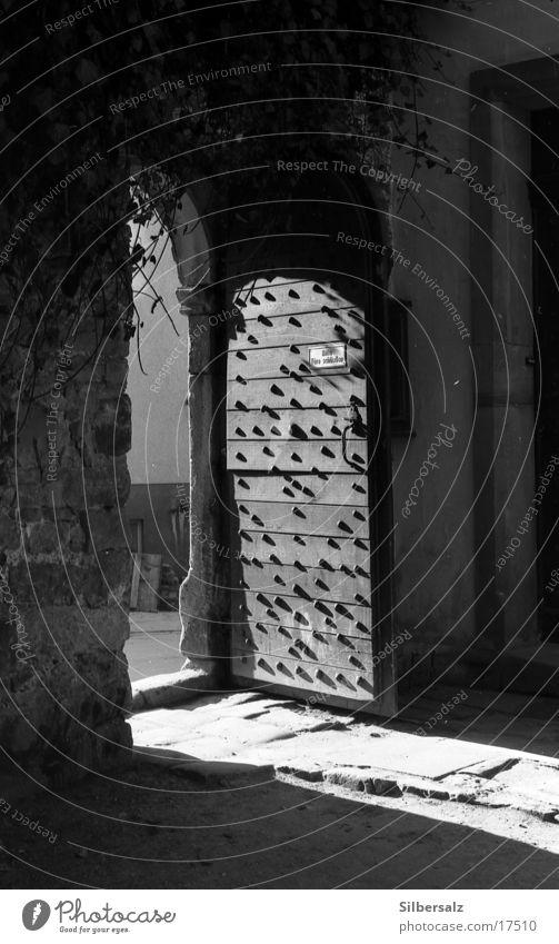 Irgendeine Tür geht immer auf! Schatten Sonnenlicht Licht Lichteinfall Hoffnung Architektur Schwarzweißfoto Trauer Verzweiflung Burg oder Schloss offene Tür