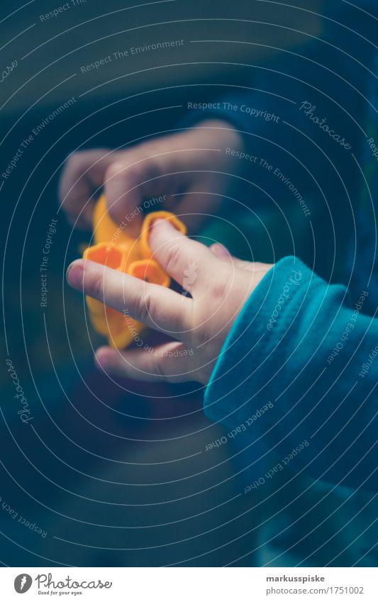 Kleinkind spielt Mensch Kind Hand Haus Freude Bewegung Junge Spielen Arbeit & Erwerbstätigkeit Freizeit & Hobby Kindheit Kreativität Arme Finger berühren Kindergruppe