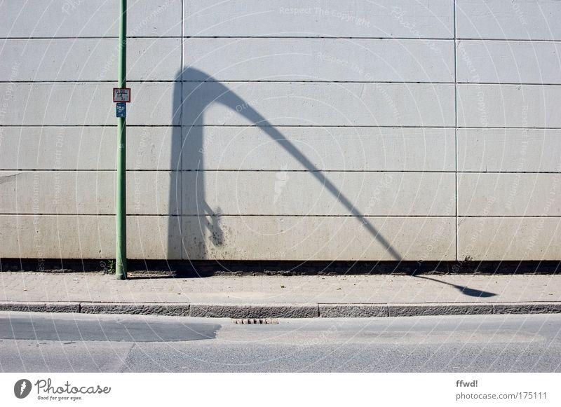 [PC-Usertreff Ffm]: Durchhänger Farbfoto Gedeckte Farben Außenaufnahme Tag Schatten Zentralperspektive Stadt Stadtrand Menschenleer Mauer Wand Fassade Straße