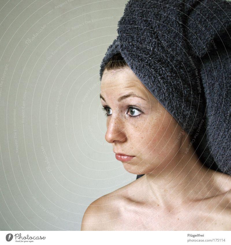 Boa, Du hast mein Quietscheentchen geklaut! feminin Junge Frau Jugendliche Erwachsene 1 Mensch 18-30 Jahre alt Blick Handtuch Wellness erstaunt staunen Auge