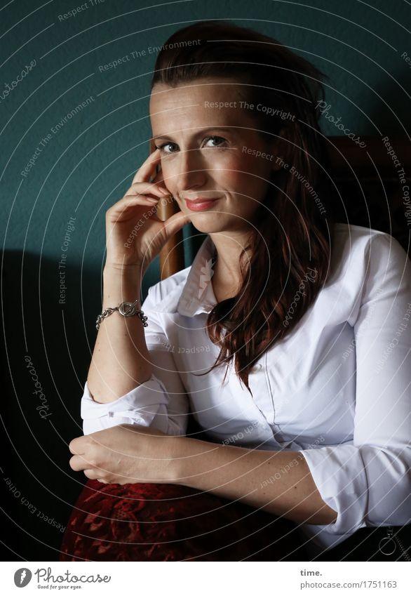 Anja Sofa Raum feminin 1 Mensch Hemd Schmuck rothaarig langhaarig beobachten festhalten Lächeln Blick sitzen warten schön Glück Fröhlichkeit Zufriedenheit