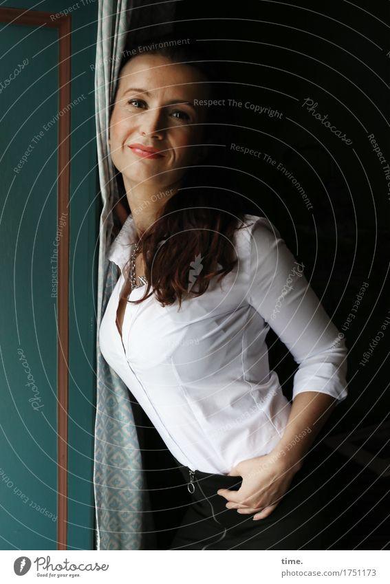 . Mensch schön Leben Innenarchitektur feminin Zeit Raum Zufriedenheit elegant ästhetisch stehen warten Lächeln Lebensfreude beobachten Neugier