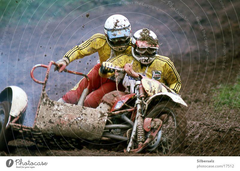 MotoCross dreckig Aktion gefährlich Geschwindigkeit Sportmannschaft Mut Rennsport Kurve Motorrad links Kurvenlage Schutzhelm nebeneinander Motorsport Extremsport Motorradfahrer