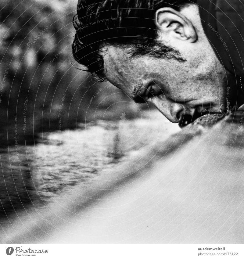 At Ground Level / deux Schwarzweißfoto Außenaufnahme Nahaufnahme Tag Schatten Kontrast Froschperspektive Porträt Mensch maskulin Haut Kopf Gesicht Ohr Nase Mund