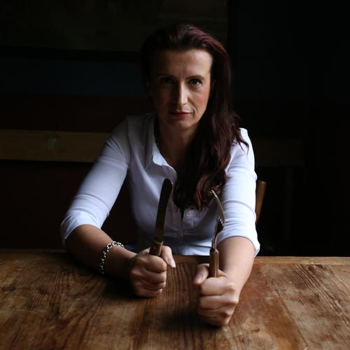 . Ernährung Besteck Messer Gabel Tisch feminin 1 Mensch Hemd brünett langhaarig Holz beobachten Blick warten schön selbstbewußt Willensstärke Tatkraft standhaft