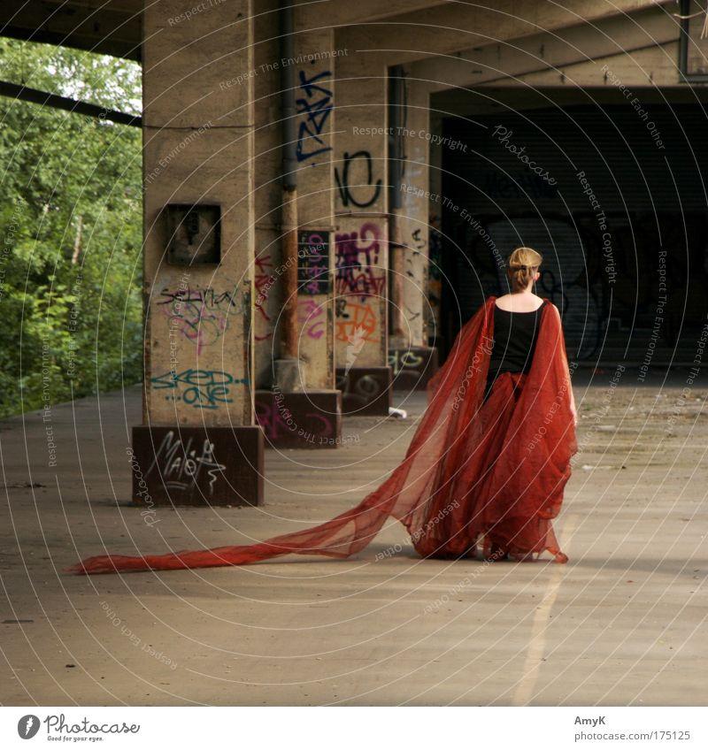 queen distopia Farbfoto Außenaufnahme Textfreiraum oben Textfreiraum unten Tag Kontrast Totale Ganzkörperaufnahme Rückansicht Wegsehen feminin Frau Erwachsene 1