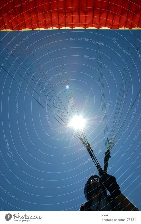 Jetzt! Farbfoto Außenaufnahme Tag Reflexion & Spiegelung Lichterscheinung Sonnenlicht Sonnenstrahlen Gegenlicht Zentralperspektive Oberkörper Blick nach oben