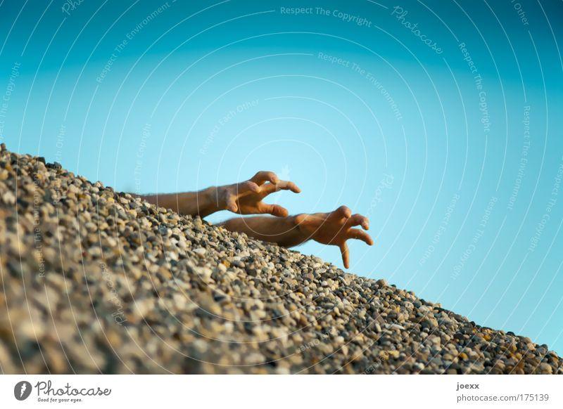 Hinterm Horizont Farbfoto Außenaufnahme Textfreiraum oben Tag Kontrast Verlierer maskulin Mann Erwachsene Arme Hand Finger 1 Mensch Himmel Sommer Stein blau