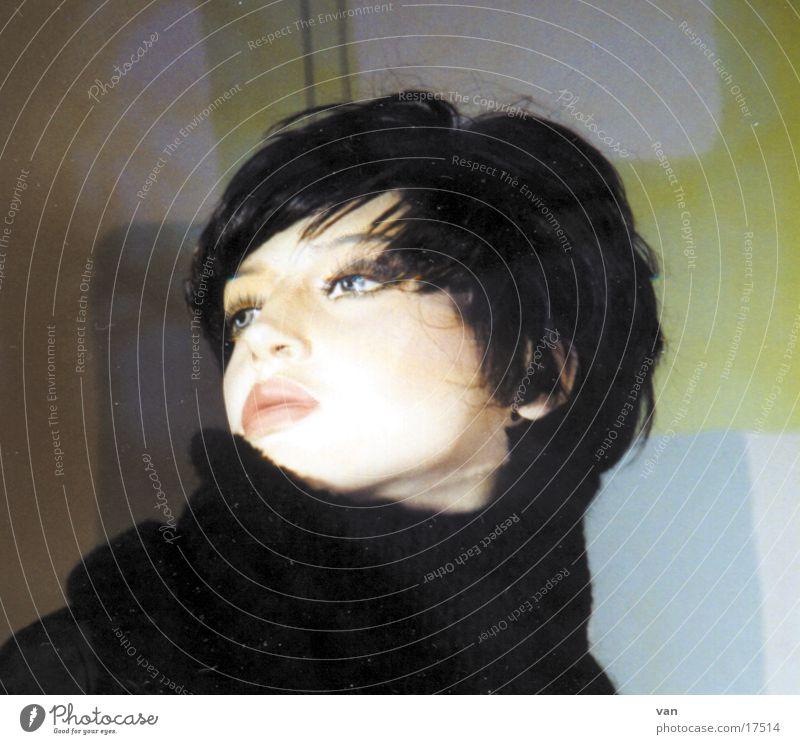 modell Frau Fell Schal Hochmut schwarzhaarig Schaufensterpuppe
