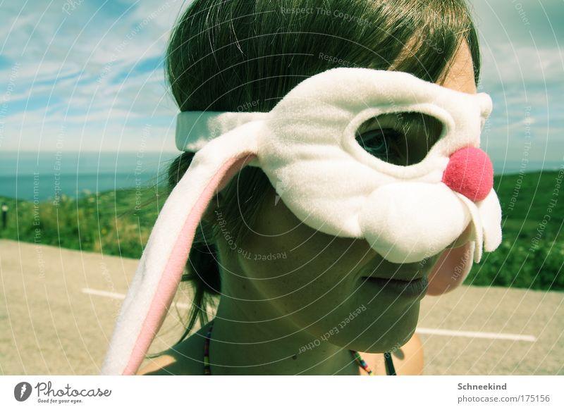 Ein Hase auf Reisen Mensch Jugendliche Ferien & Urlaub & Reisen Meer Freude Einsamkeit ruhig Gesicht Erwachsene Spielen Kopf Küste Reisefotografie 18-30 Jahre beobachten Junge Frau