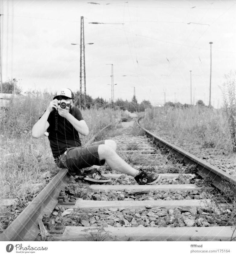 Bitte, still halten! Mensch Mann Natur Jugendliche Erwachsene Umwelt Gras Deutschland sitzen maskulin Europa Sträucher Fotokamera 18-30 Jahre Konzentration Hut