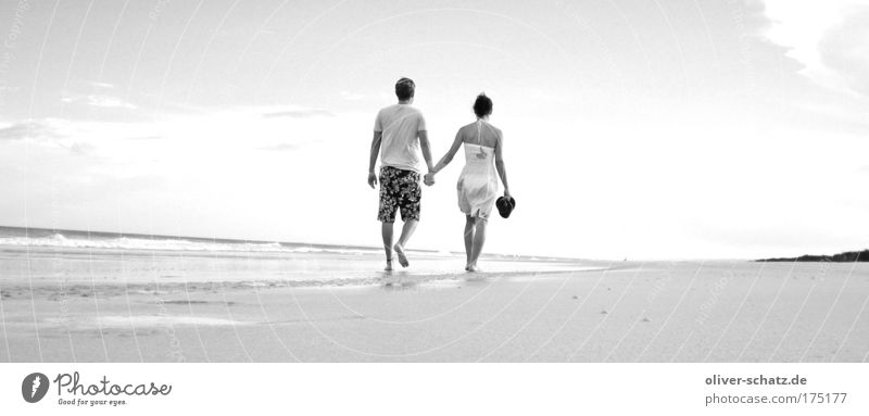 Strandspaziergang Panorama Schwarzweißfoto Außenaufnahme Abend Sonnenlicht Rückansicht Mensch Paar Partner 2 Himmel Sonnenaufgang Sonnenuntergang Sommer