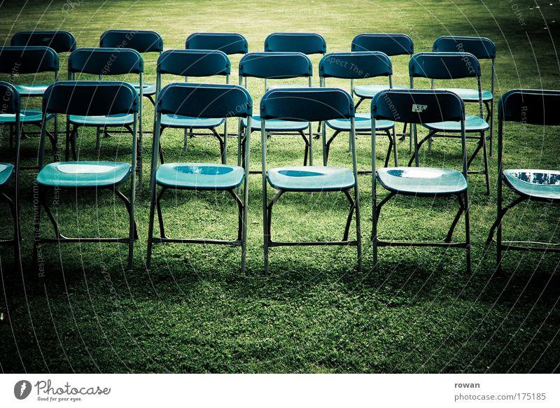 grünes klassenzimmer Farbfoto Gedeckte Farben Außenaufnahme Tag Stuhl Erwartung Langeweile Stuhlgruppe Sitz Publikum nass Schatten Rasen Schulunterricht leer