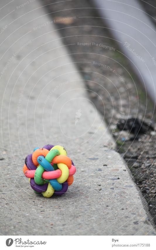 Bunt, na und? grün blau rot gelb Metall rosa Beton Fröhlichkeit Ball rund Spielzeug Kunststoff Schienenverkehr