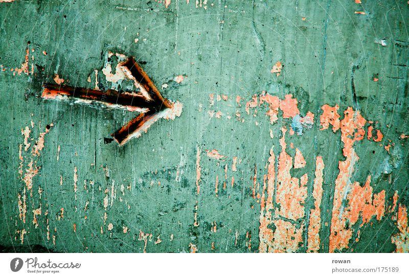 da lang alt grün Bewegung Farbstoff orange Schilder & Markierungen Beton Verkehr Kommunizieren kaputt Pfeil Zeichen Richtung Hinweisschild Symbole & Metaphern schäbig