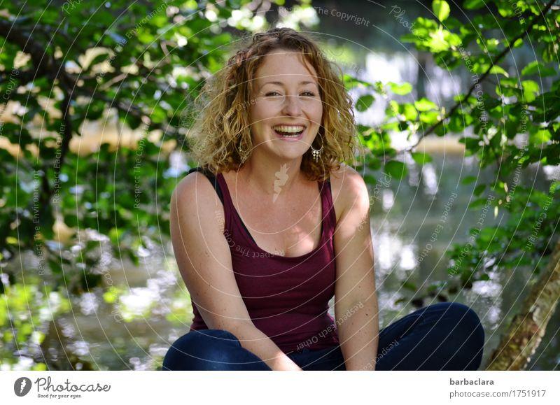 genießen | sonniger Sommertag feminin Frau Erwachsene 1 Mensch Natur Pflanze Wasser Sonne Schönes Wetter Sträucher Teich See blond Locken lachen Gefühle
