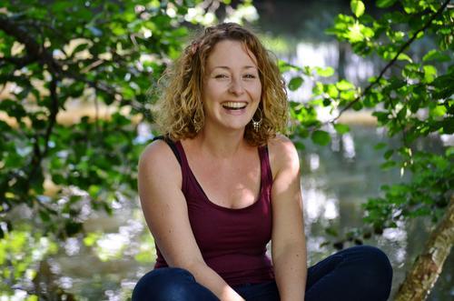 genießen | sonniger Sommertag Mensch Frau Natur Pflanze Wasser Sonne Freude Erwachsene Gefühle feminin lachen See Stimmung blond Sträucher
