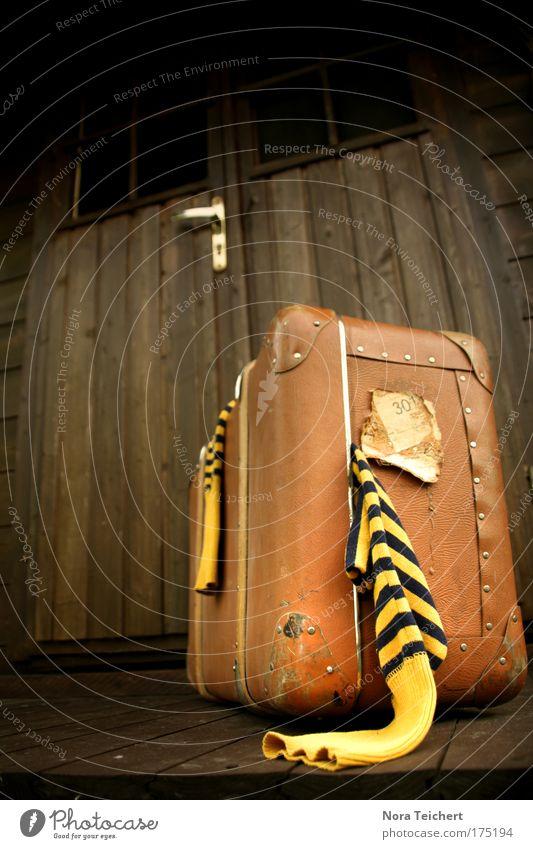 Going Home alt Ferien & Urlaub & Reisen Einsamkeit Haus gelb Freiheit Gefühle träumen Stimmung Tür warten Beginn Bekleidung Sicherheit Streifen Hoffnung