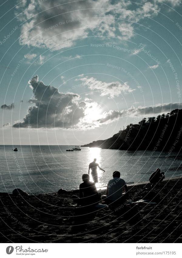 Strandgänger Schwarzweißfoto Gedeckte Farben Außenaufnahme Abend Licht Schatten Kontrast Silhouette Reflexion & Spiegelung Lichterscheinung Sonnenlicht