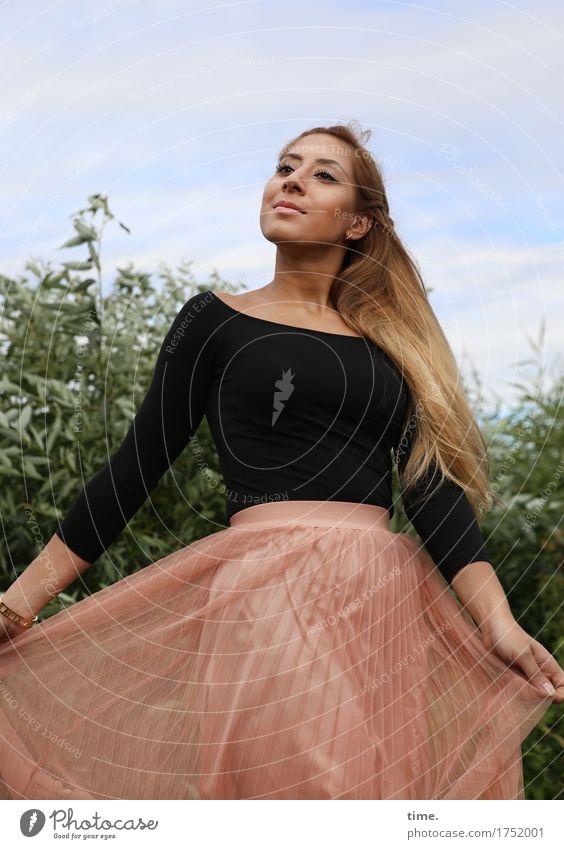 . Mensch schön Erholung Leben Bewegung feminin Park Zufriedenheit elegant blond ästhetisch Fröhlichkeit Tanzen Lächeln Lebensfreude Schönes Wetter
