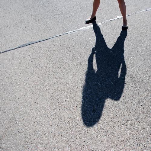 aufs Maul, Alter !!! Farbfoto Gedeckte Farben Außenaufnahme Detailaufnahme Tag Licht Schatten Kontrast Silhouette Sonnenlicht Mensch Jugendliche 1 13-18 Jahre