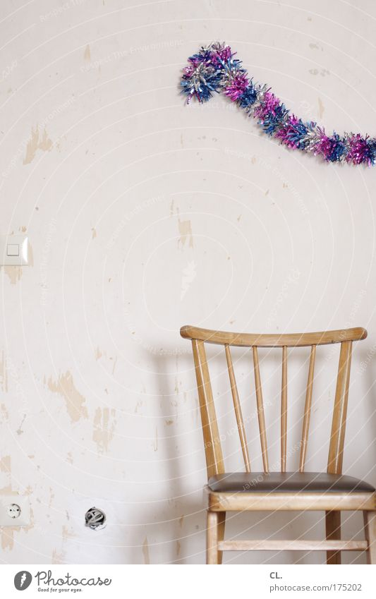 nach der party ist vor der party Freude Einsamkeit Wand Party Holz Mauer Raum Feste & Feiern Geburtstag Jubiläum Beton Beginn Stuhl kaputt Kitsch